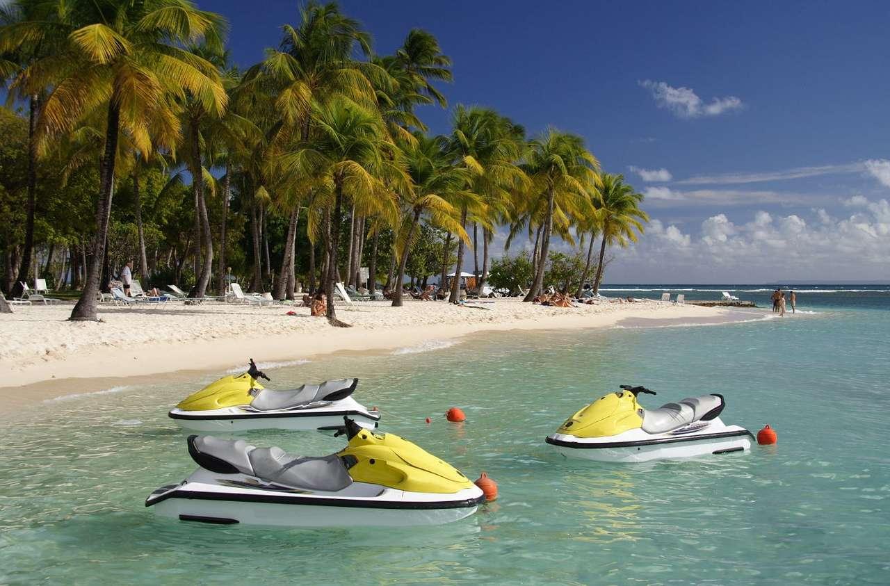 Skutery wodne - Skuter wodny jest rodzajem motorówki o liczbie miejsc nieprzekraczającej 4. Pasażerowie pływający skuterami siedzą na wierzchu kadłuba, a nie w środku, jak ma to miejsce w zwykłych motorówka (10×7)