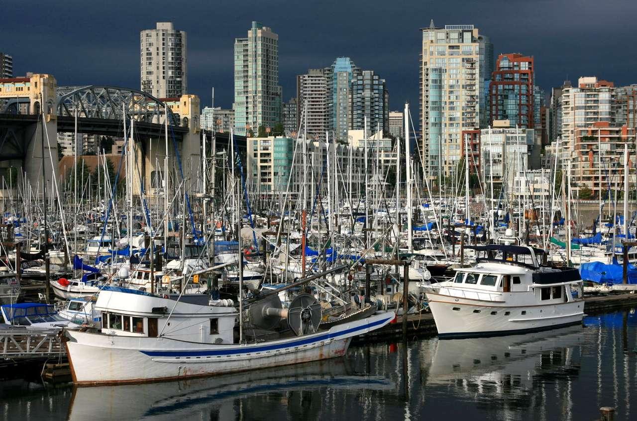 False Creek w Vancouver (Kanada) - False Creek jest krótką zatoczką w samym sercu Vancouver. Oddziela centrum od reszty miasta. Częstym widokiem przy False Creek są zacumowane jachty, zarówno te używane do celów prywatnych, jak (12×8)