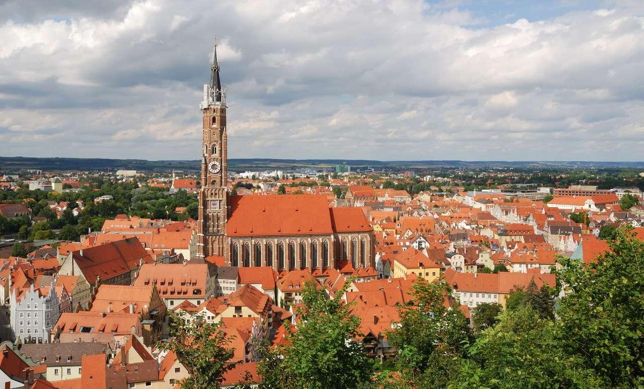 """Panorama Landshut z kościołem św. Marcina (Niemcy) - Landshut to niemieckie miasto położone w Bawarii nad rzeką Izarą. Jego nazwę można przetłumaczyć dosłownie jako """"opiekun ziemi"""", jednak częściej bywa nazywane """"miastem trzech hełmów (10×6)"""