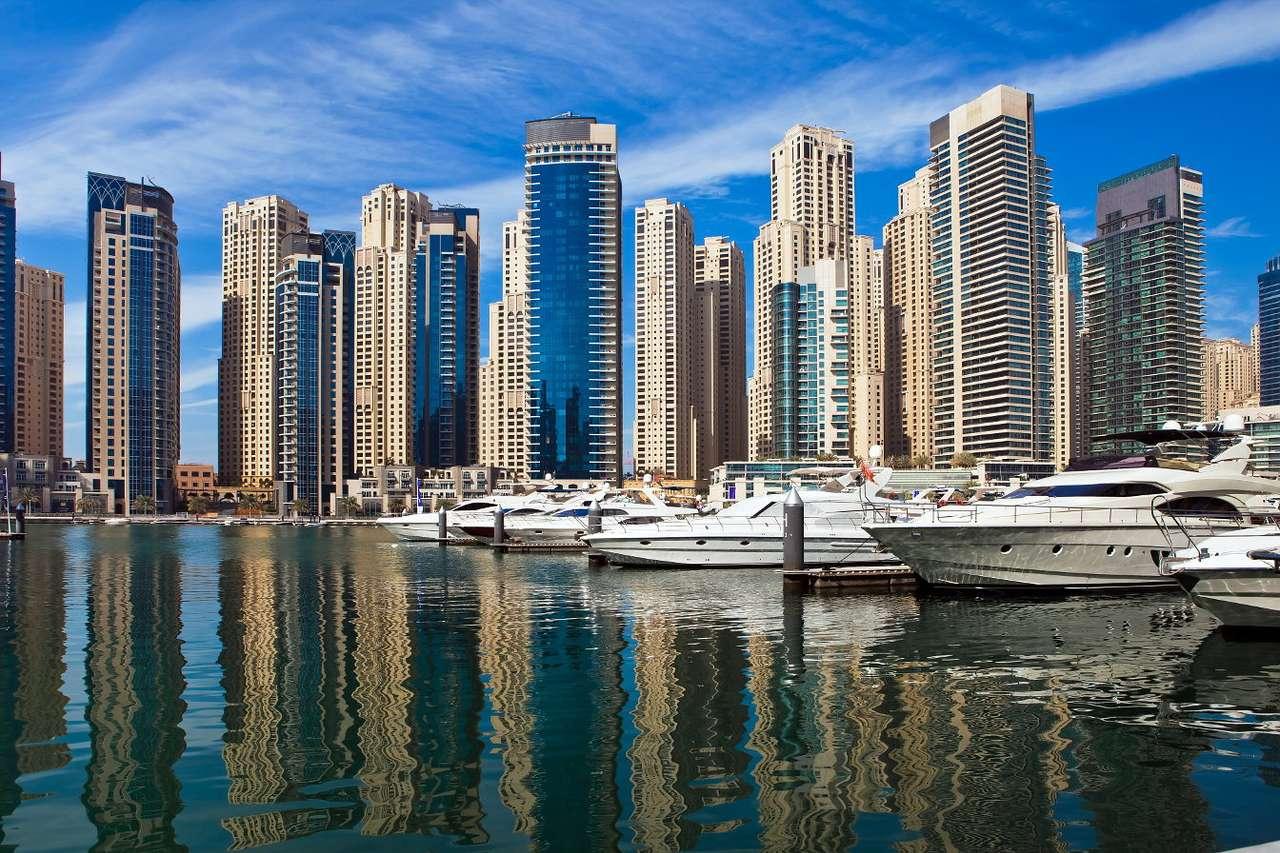 Marina w Dubaju (Zjednoczone Emiraty Arabskie) - Dubaj to słynne na cały świat miasto w Zjednoczonych Emiratach Arabskich, znane z luksusowych hoteli, centrów finansowych i nowoczesnej architektury. Jednym z dystryktów Dubaju jest położona na (12×8)