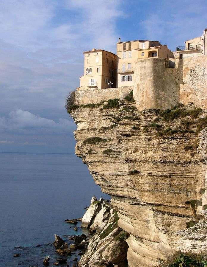 Domy na klifie w Bonifacio na Korsyce (Francja) - Bonifacio to niewielka miejscowość malowniczo położona na południu Korsyki nad Cieśniną Świętego Bonifacego(nazwana właśnie na cześć tego świętego). Mieści się ona na szczycie stromeg (6×8)