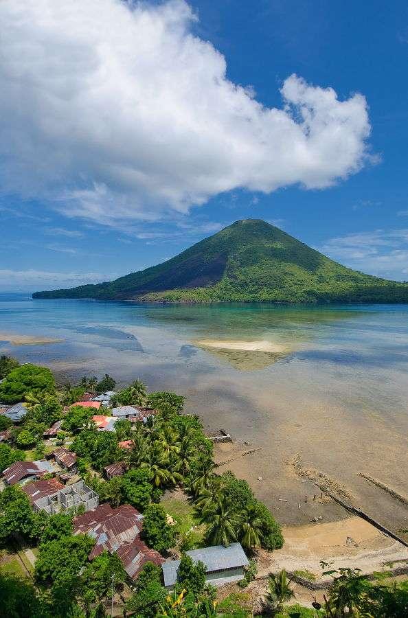 Wulkan Gunung Api (Indonezja) - Indonezja jest krajem położonym na 17,5 tysiąca wysp, z czego zamieszkanych przez ludzi jest nieco ponad 2/3. Są one położone wśród wód Oceanów Indyjskiego i Spokojnego. Jest to obszar aktyw (6×9)
