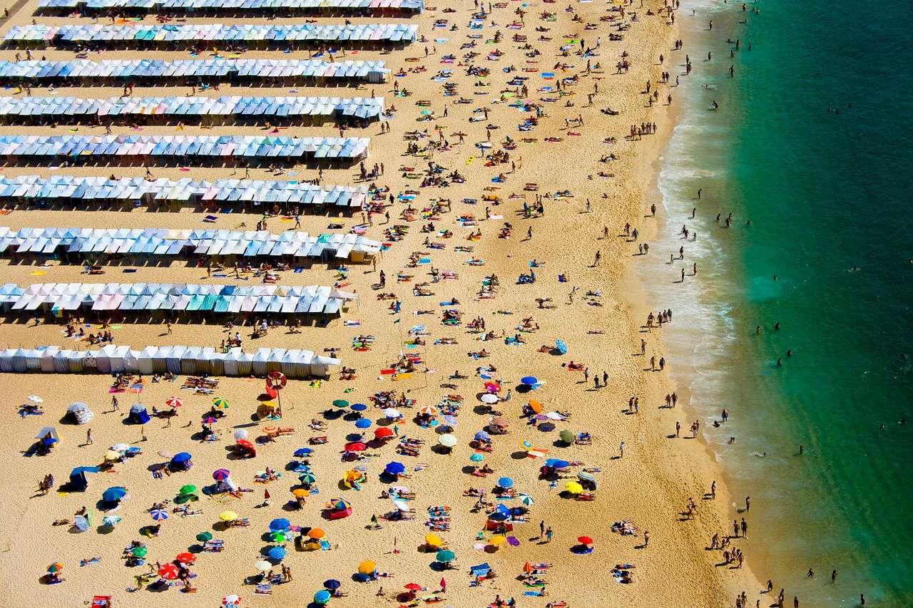 Plaża Nazare (Portugalia) - Nazare to niewielkie portugalskie miasteczko leżące w środkowej części zachodniego wybrzeża, położone przy wspaniałej plaży nad rozległą laguną otoczoną stromymi skałami. Nazwa miejscow (15×10)