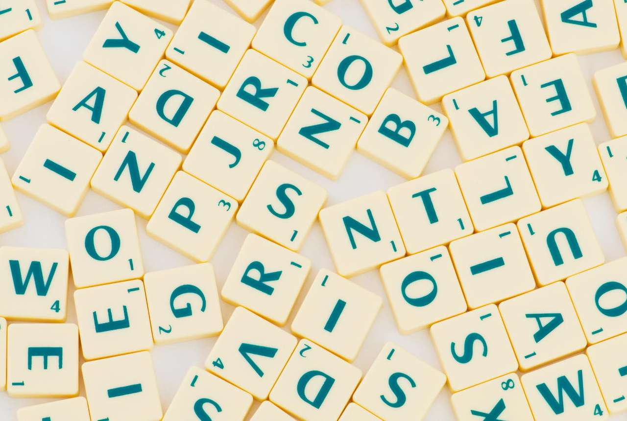 Litery do gry w Scrabble - Najpopularniejsza gra słowna na świecie wymyślona została przez Alfreda Buttsa w 1931 roku. Gra przeznaczona jest dla 2, 3 lub 4 osób. Najogólniej gra polega na losowaniu płytek z literami i ko (17×11)