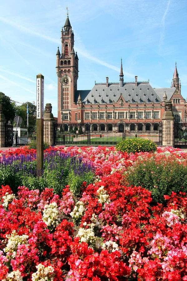 Międzynarodowy Trybunał Sprawiedliwości w Hadze (Holandia) - Międzynarodowy Trybunał Sprawiedliwości jest głównym organem sądownym Organizacji Narodów Zjednoczonych (ONZ). Tworzy go 15 sędziów, którzy są wybierani na dziewięcioletnie kadencje. Co tr (6×9)