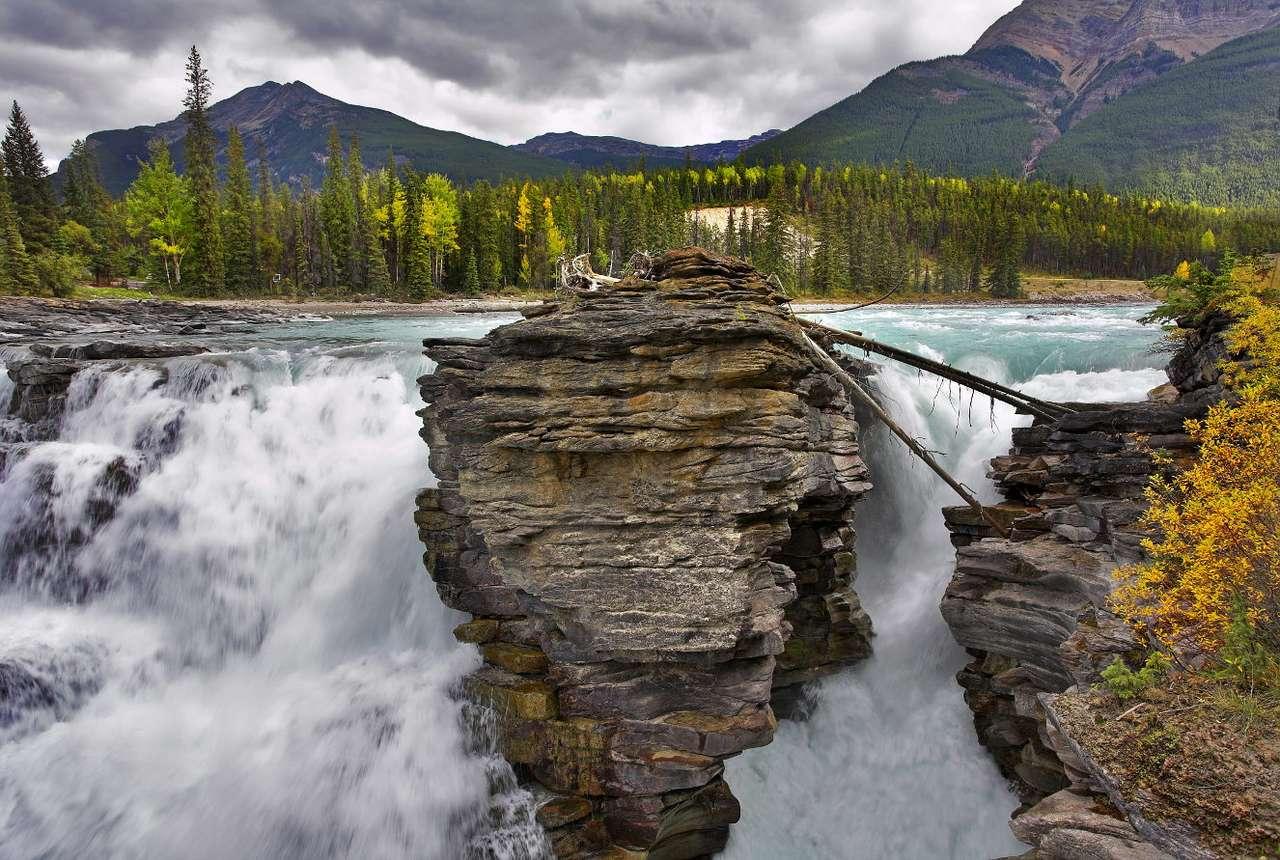 Wodospady Athabaska (Kanada) - Kanada to drugi kraj na świecie pod względem wielkości powierzchni. Północne tereny Kanady znajdują się w pasie klimatu subpolarnego i polarnego. Jest to kraj bardzo bogaty w wody śródlądowe (17×11)