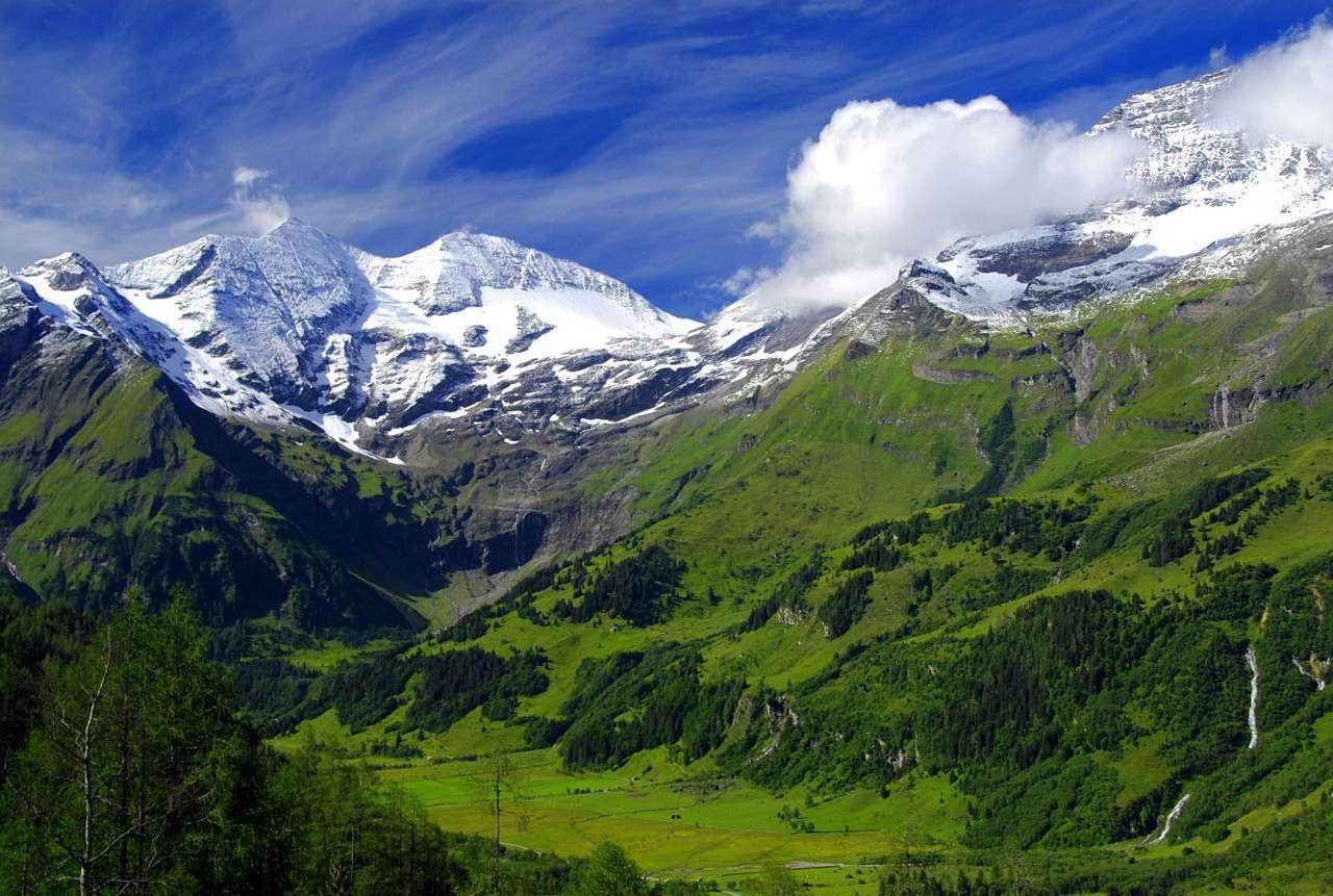 Ośnieżone szczyty Alp z górującym Grossglockner (Austria) - Grossglocknerto najwyższy szczyt Austrii mierzący dokładnie 3798 m n.p.m. Góruje on nad Centralnymi Alpami Wschodnimi i lodowcem Pasterze. Należy do Korony Europy, czyli grupy stworzonej z najw (12×8)