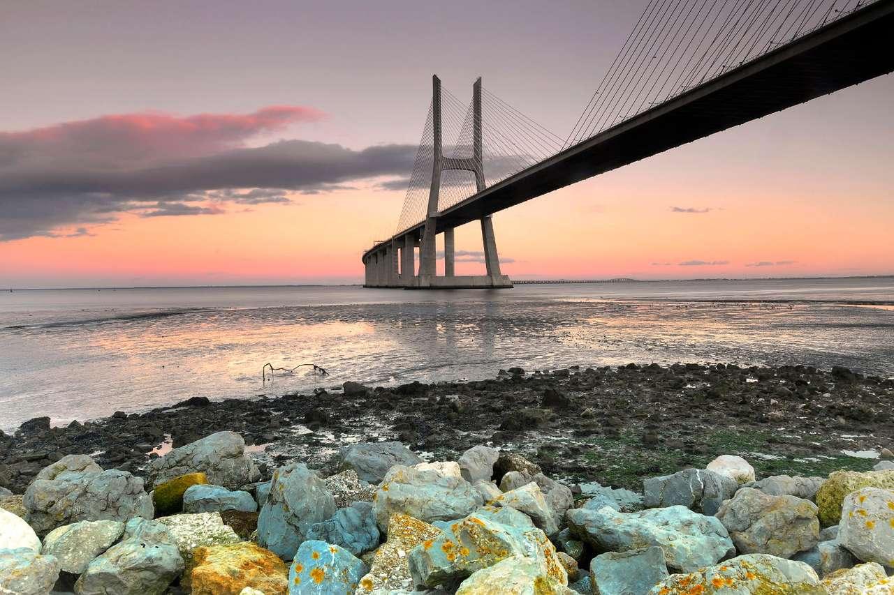 Most Vasco da Gama (Portugalia) - Most Vasco da Gama w Lizbonie jest najdłuższym mostem na rzece Tag – ma 17,2 km długości. Jest zlokalizowany na przedmieściach stolicy Portugalii. Został zbudowany przez portugalsko-francusko- (10×5)