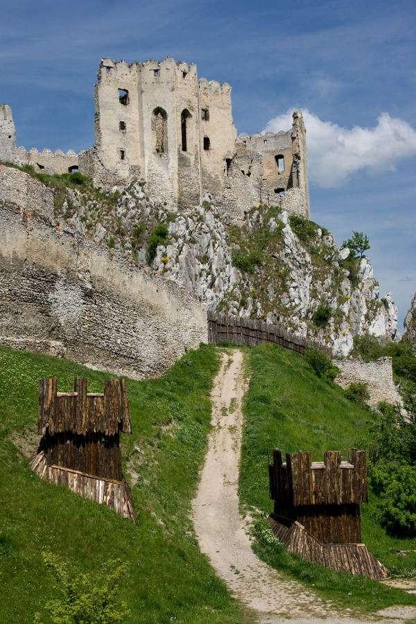 Zamek Beckov (Słowacja) - Ruiny zamku Beckov na Słowacji imponują swoimi rozmiarami. Pierwsze wzmianki o zamku pochodzą już z XIII wieku. W ciągu swej długiej i bogatej historii zamek przechodził z rąk do rąk kolejnyc (6×9)