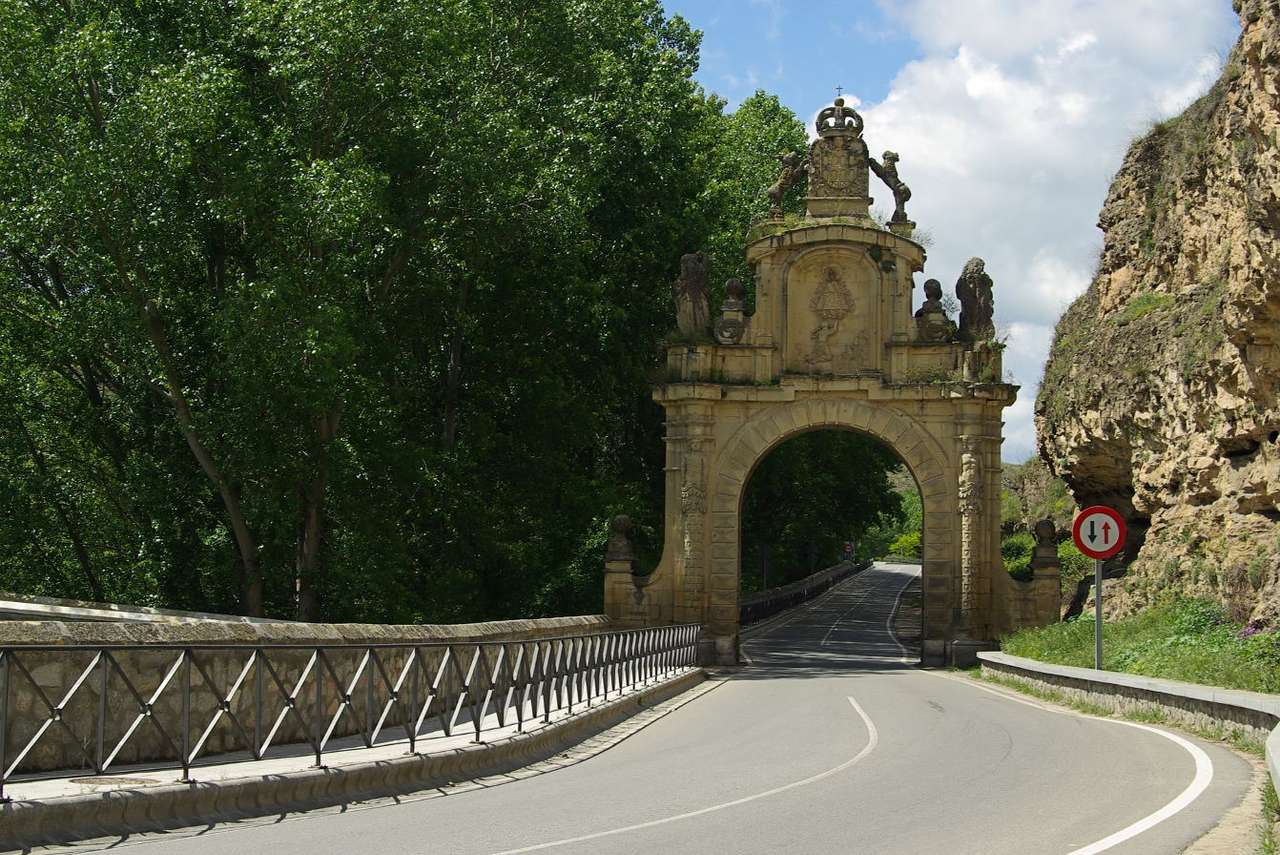 Brama do Segovii (Hiszpania) - Na północny zachód od Madrytu, w autonomicznym regionie Kastylia-Leon, leży Segovia - miasto z ponad 2000-letnią historią, położone u podnóża gór Sierra de Guadarrama na wysokości 1000 m n (11×8)