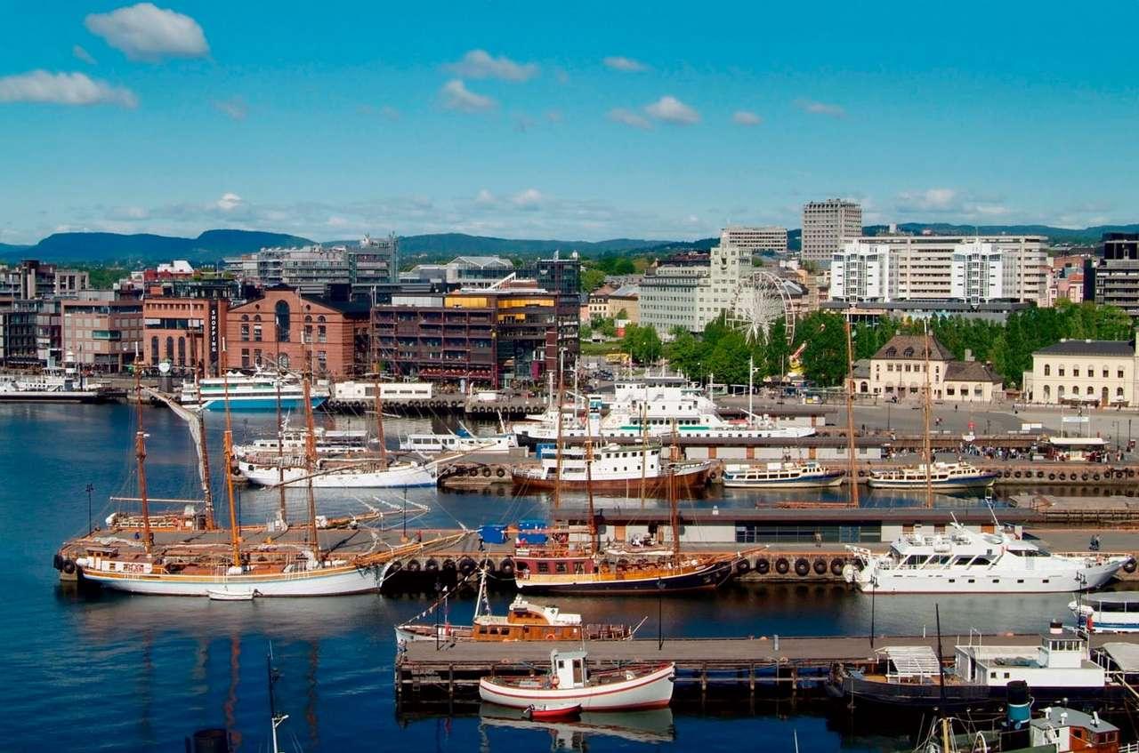 Łodzie w przystani z ratuszem Oslo w tle (Norwegia) - Stolica Norwegii, Oslo, leży nad zatoką Oslofjorden, wcinającą się około 100 km w głąb Półwyspu Skandynawskiego. Wybrzeża Oslo, podobnie jak w większości norweskich miast, zagospodarowane (10×6)