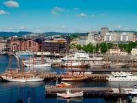 Łodzie w przystani z ratuszem Oslo w tle (Norwegia)
