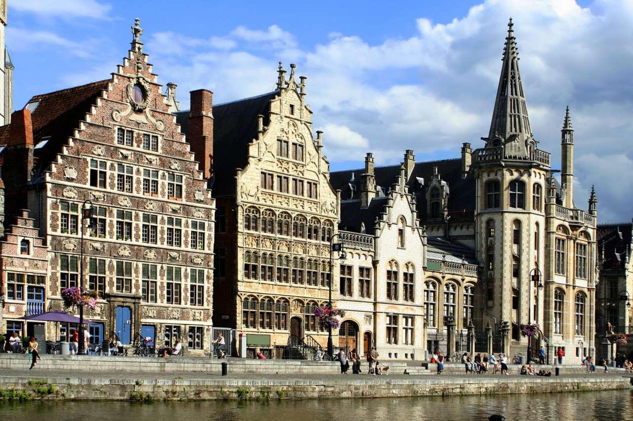 Kamienice nad kanałem w Gandawie (Belgia) - Gandawa jest miastem na północy Belgii, które mimo położenia w głębi lądu, ma dostęp do Morza Północnego. Zawdzięcza go kanałowi Ghent-Terneuzen o długości 32 kilometrów i szerokości (12×8)