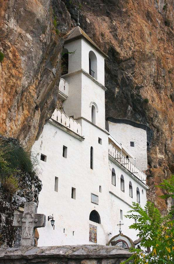 Monaster Ostrog (Czarnogóra) - Prawosławny klasztor Ostrog jest najczęstszym celem pielgrzymek w Czarnogórze. Równie chętnie przybywają tu jednak turyści niekoniecznie spragnieni religijnych uniesień. Powstały w XVII wieku (6×9)