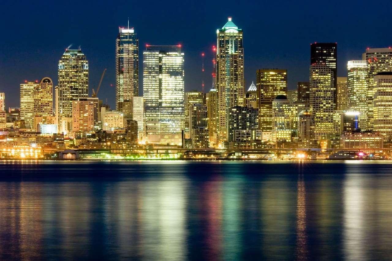 Nocna panorama Seattle (Stany Zjednoczone) - Seattle to miasto leżące na zachodnim wybrzeżu USA, w stanie Waszyngton. Rozświetlone wieżowce odbijają się nocą w wodach zatoki Puget, należącej do zlewiska Oceanu Spokojnego. Seattle jest (9×5)