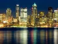 Nocna panorama Seattle (Stany Zjednoczone)