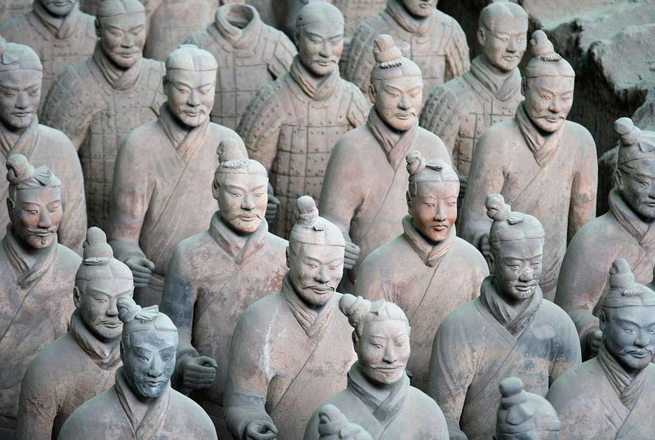 Muzeum Tearakotowej Armii Pierwszego Cesarza Qin (Chiny) - Terakotowa Armia jest jednym z najbardziej zdumiewających znalezisk wszech czasów. Tworzy ją 7500 rzeźb naturalnej wielkości, wyobrażających armię chińskiego cesarza Qin Shi, panującego w tr (13×9)
