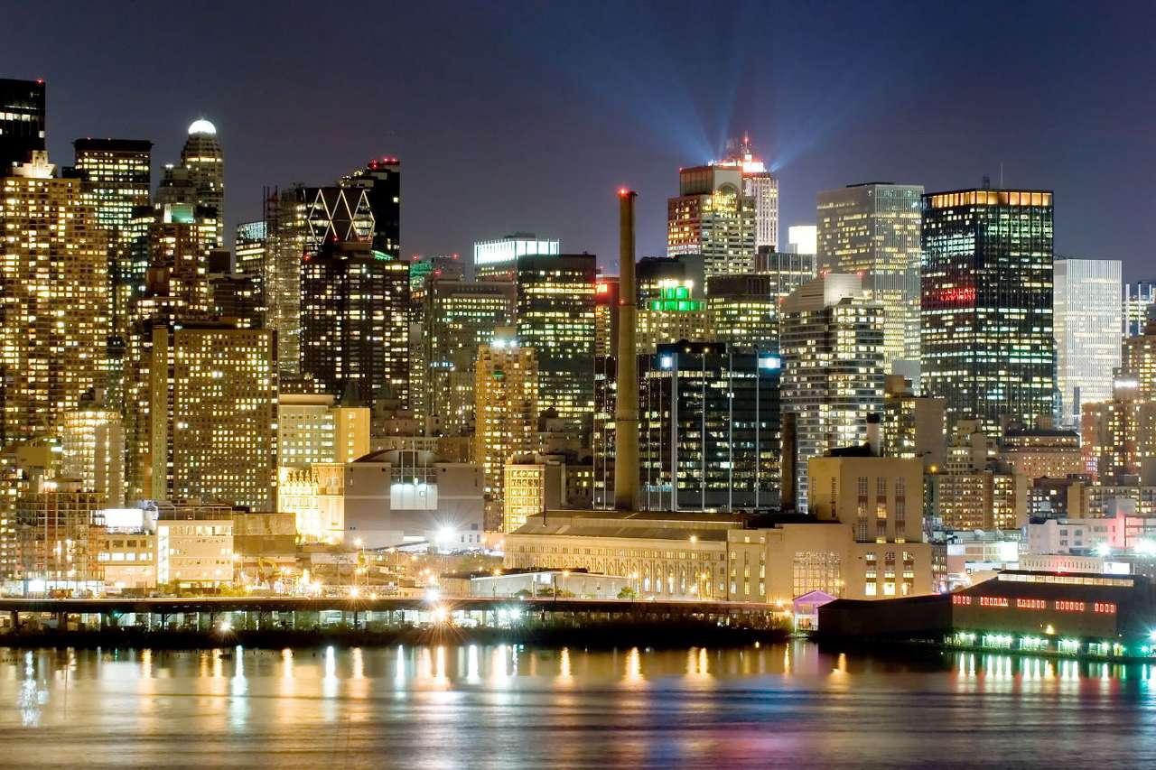 Nowy Jork nocą (USA) - Nowy Jork, największe i najludniejsze amerykańskie miasto, dzieli się na pięć okręgów. Są to: Bronks, Brooklyn, Queens, Staten Island oraz widoczny na zdjęciu Manhattan. Manhattan stanowi fin (9×6)