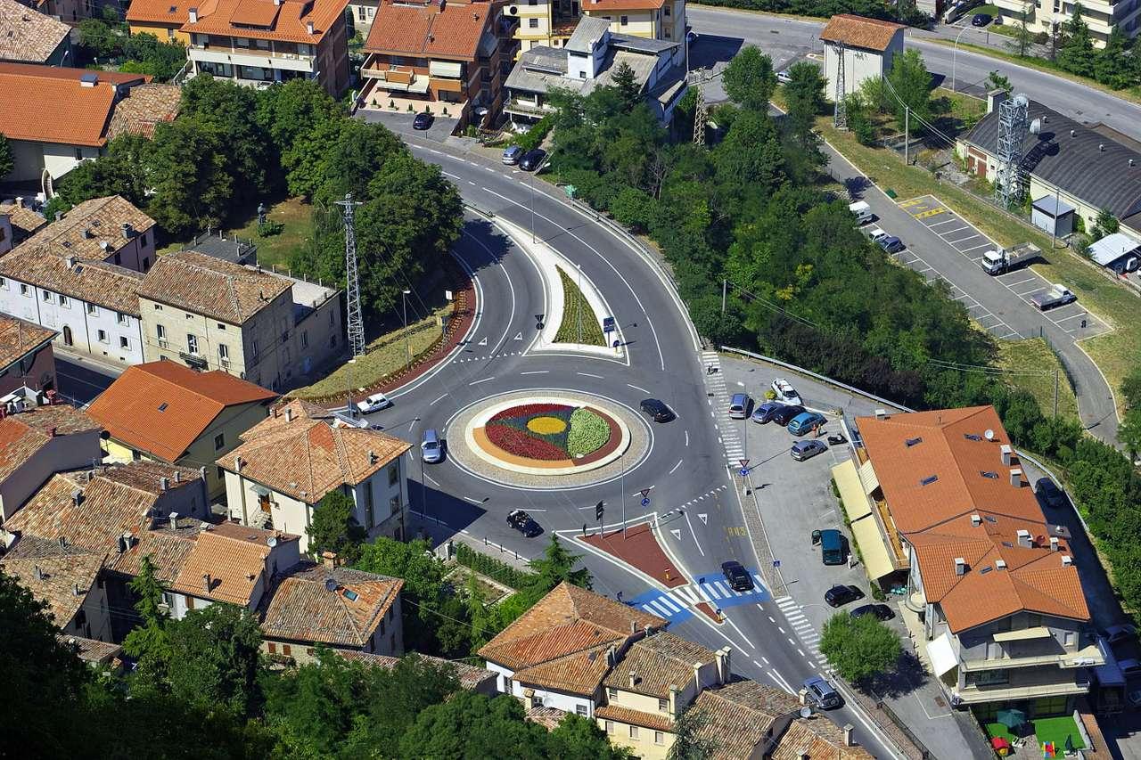 Rondo w San Marino widziane z lotu ptaka (San Marino) - Republika San Marino (enklawa Włoch) to obok Watykanu i Monako jedno z najmniejszych państw Europy. Stolicą kraju jest miasto o takiej samej nazwie. Położone jest w centrum kraju, na stokach Mont (21×14)