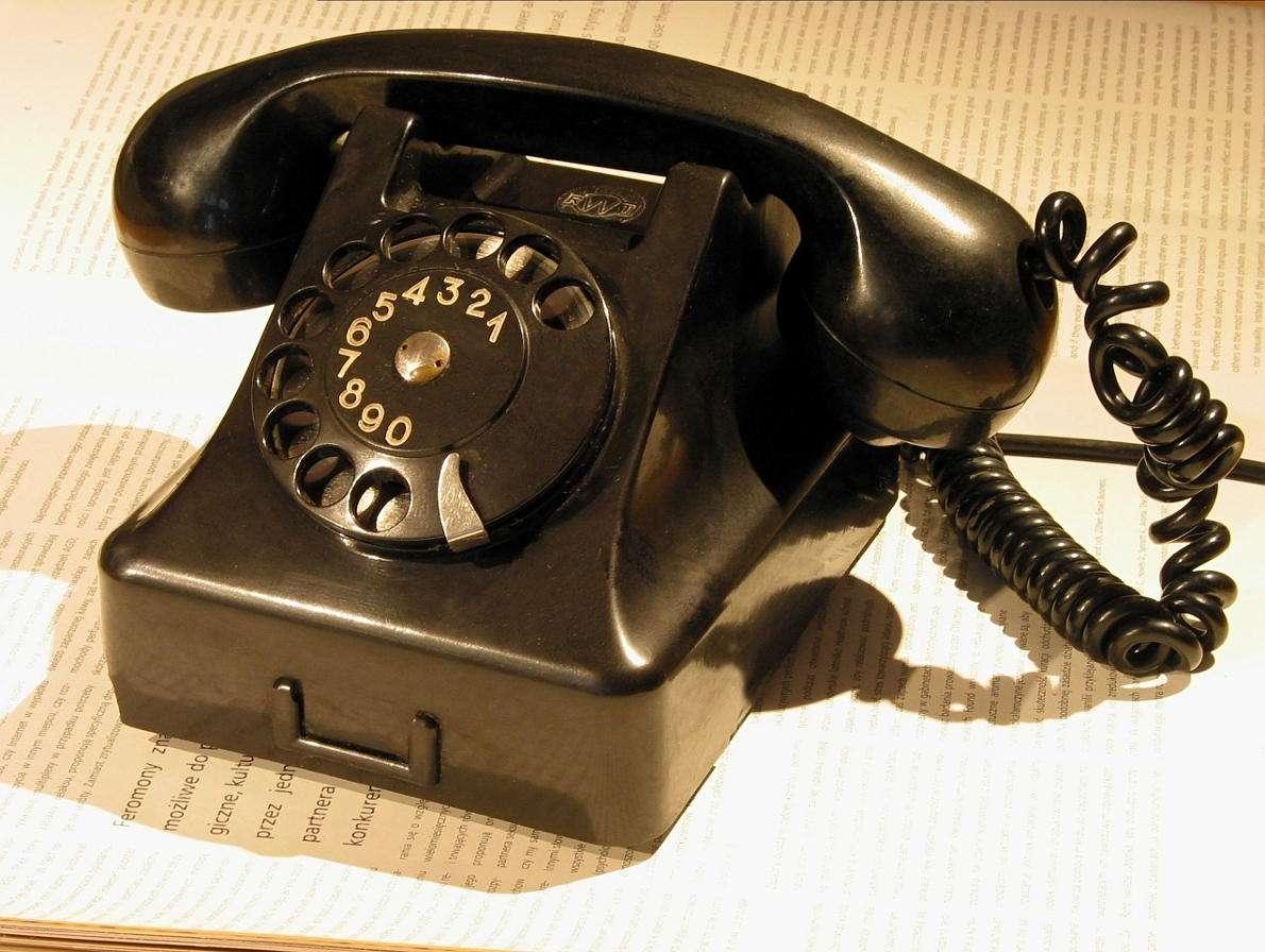 Zabytkowy czarny telefon z tarczą - Wynalazek telefonu wiąże się nieodłącznie z postacią Alexandra Grahama Bella. Mimo że jedno z pierwszych urządzeń tego typu powstało w pracowni Antonia Meucciego, to jednak włoskiego konstr (10×7)
