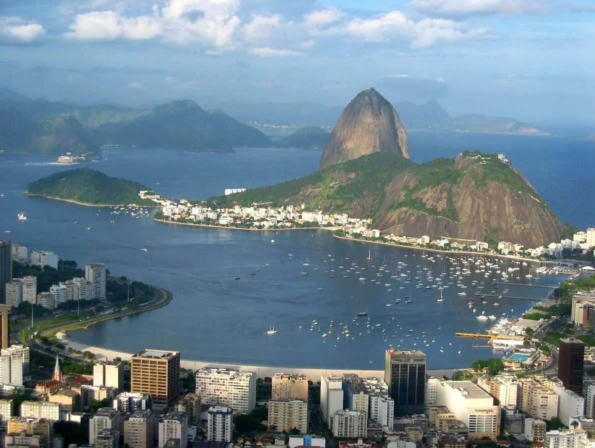 Głowa Cukru (Brazylia) - Wysoka na 396 metrów Głowa Cukru jest jednym z kilku wzgórz wyrastających prosto z wód Zatoki Guanabara przy Rio de Janeiro. Góra ta swą nazwę zawdzięcza portugalskim kolonistom, którzy przy (10×8)