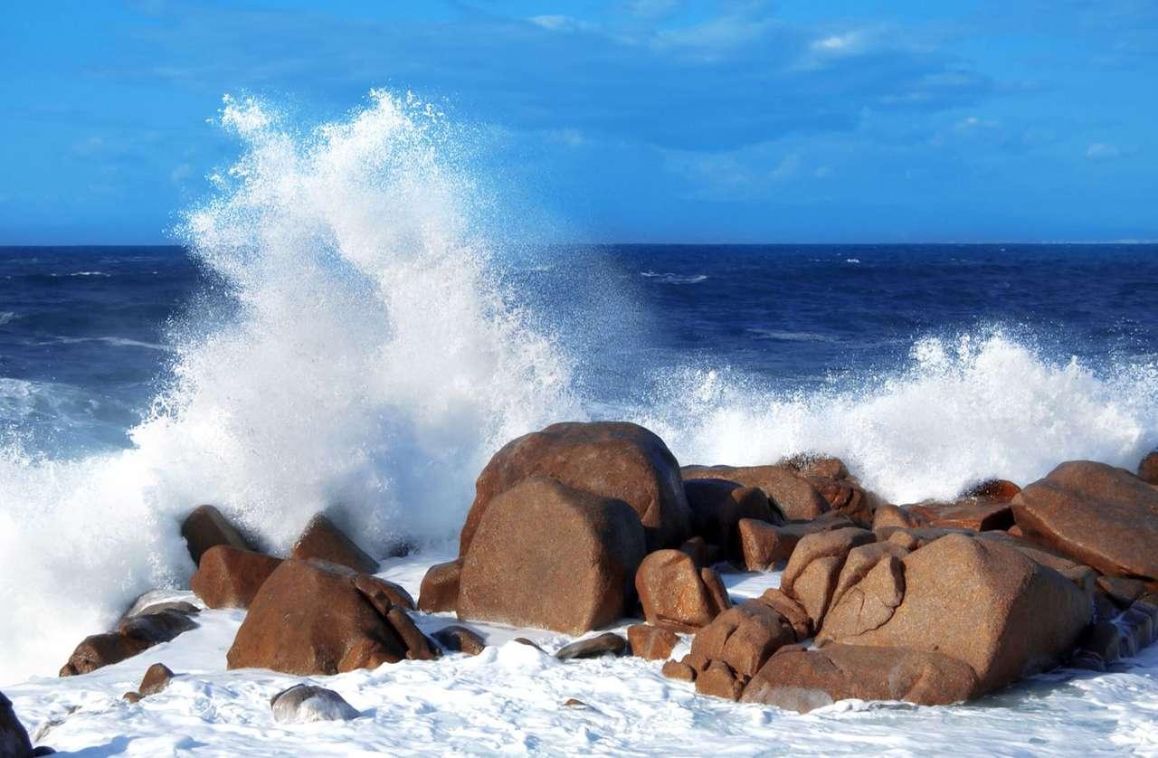 Fale rozbijające się o skały w Tortoli (Sardynia) - Czerwone skały widoczne na zdjęciu znajdują się przy plaży w Arbatax, dzielnicy Tortoli w Sardynii. Jest tu jeden z najważniejszych portów na wschodnim wybrzeżu wyspy. Wielu turystów przybywa (11×6)