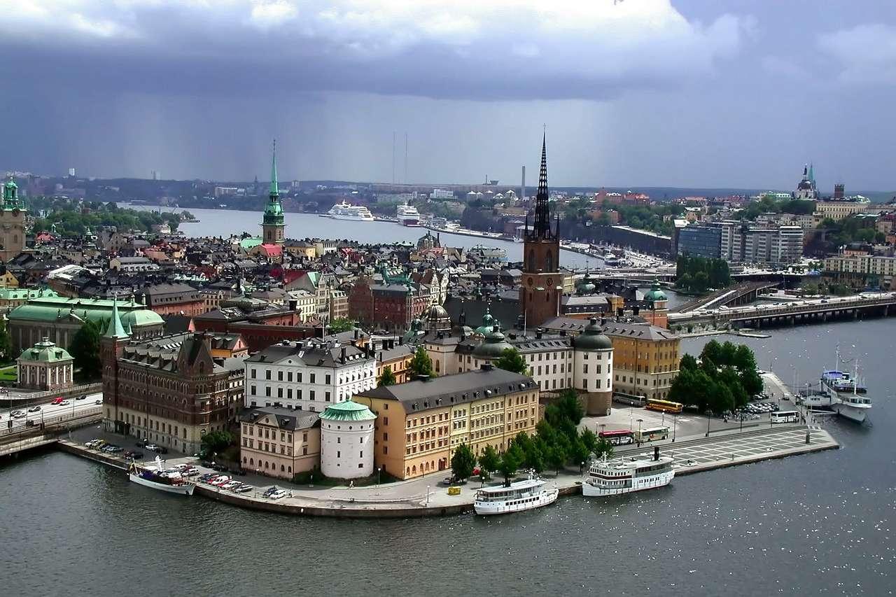 Stare Miasto w Sztokholmie (Szwecja) - Gamla Stan, czyli sztokholmskie Stare Miasto prezentuje się niezwykle malowniczo. Leży na 4 wyspach:Stadsholmen, Riddarholmen, StrömsborgiHelgeandsholmen. Ta historyczna dzielnica stolicy ska (9×6)
