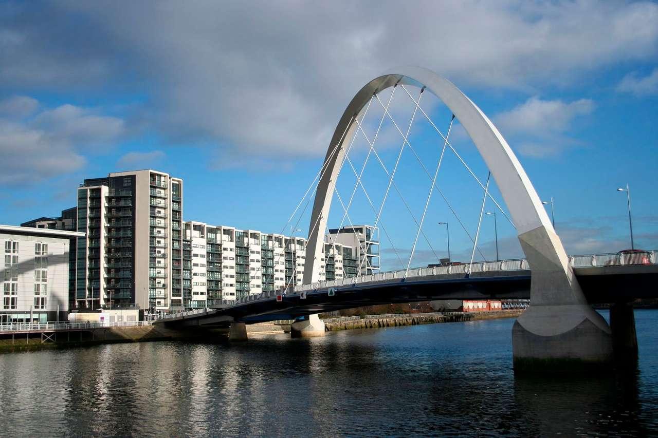 Most Clyde Arc w Glasgow (Wielka Brytania) - Oddany do użytku w 2006 roku 96-metrowy most Clyde Arc w Glasgow ma niezwykle ciekawą konstrukcję. Został zbudowany na rzece Clyde w taki sposób, że przecina ją pod kątem. Ponadto poruszające (9×6)