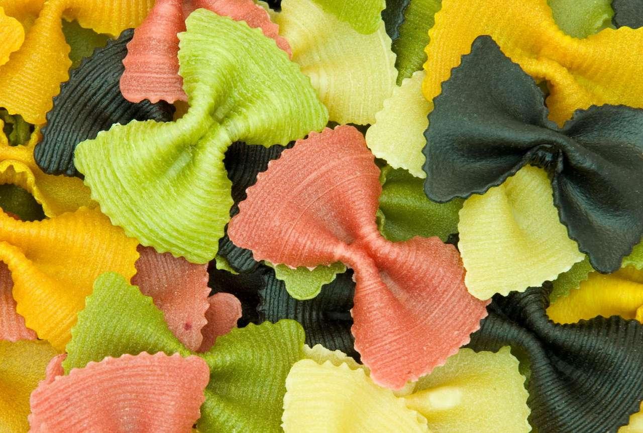 Kolorowe makaronowe kokardki - Jeżeli mielibyśmy wskazać współczesną ojczyznę makaronu, to bez wątpienia byłyby to Włochy. Włosi odróżniają jakieś 350 typów tego produktu. Najzdrowszy jest makaron wyprodukowany z tw (12×8)