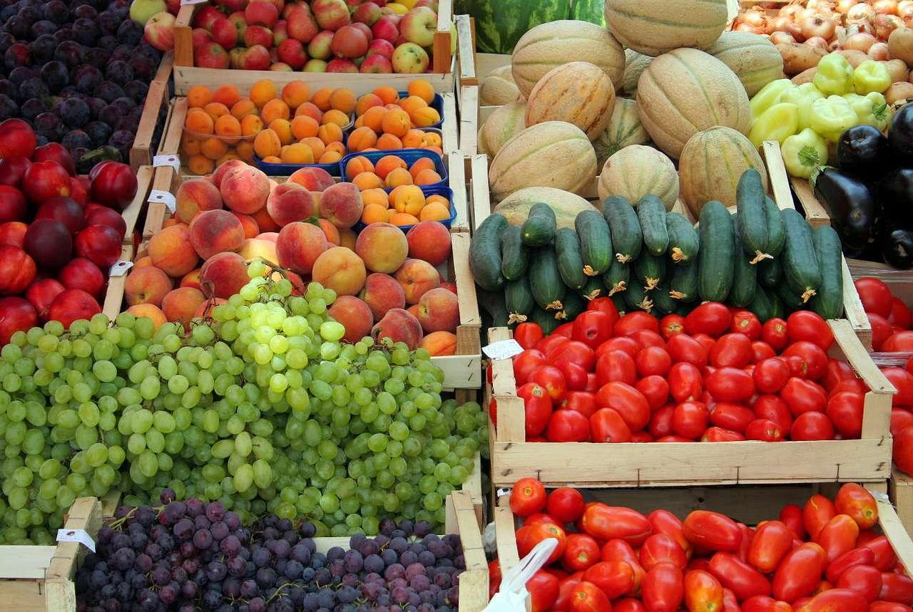 Stragan warzywny - Targowisko to najlepsze miejsce, na jakim możemy kupić warzywa i owoce. Jeżeli tylko mamy taką alternatywę, omińmy wszystkie supermarkety, choćby nawet były po drodze, i udajmy się na stragan (16×11)