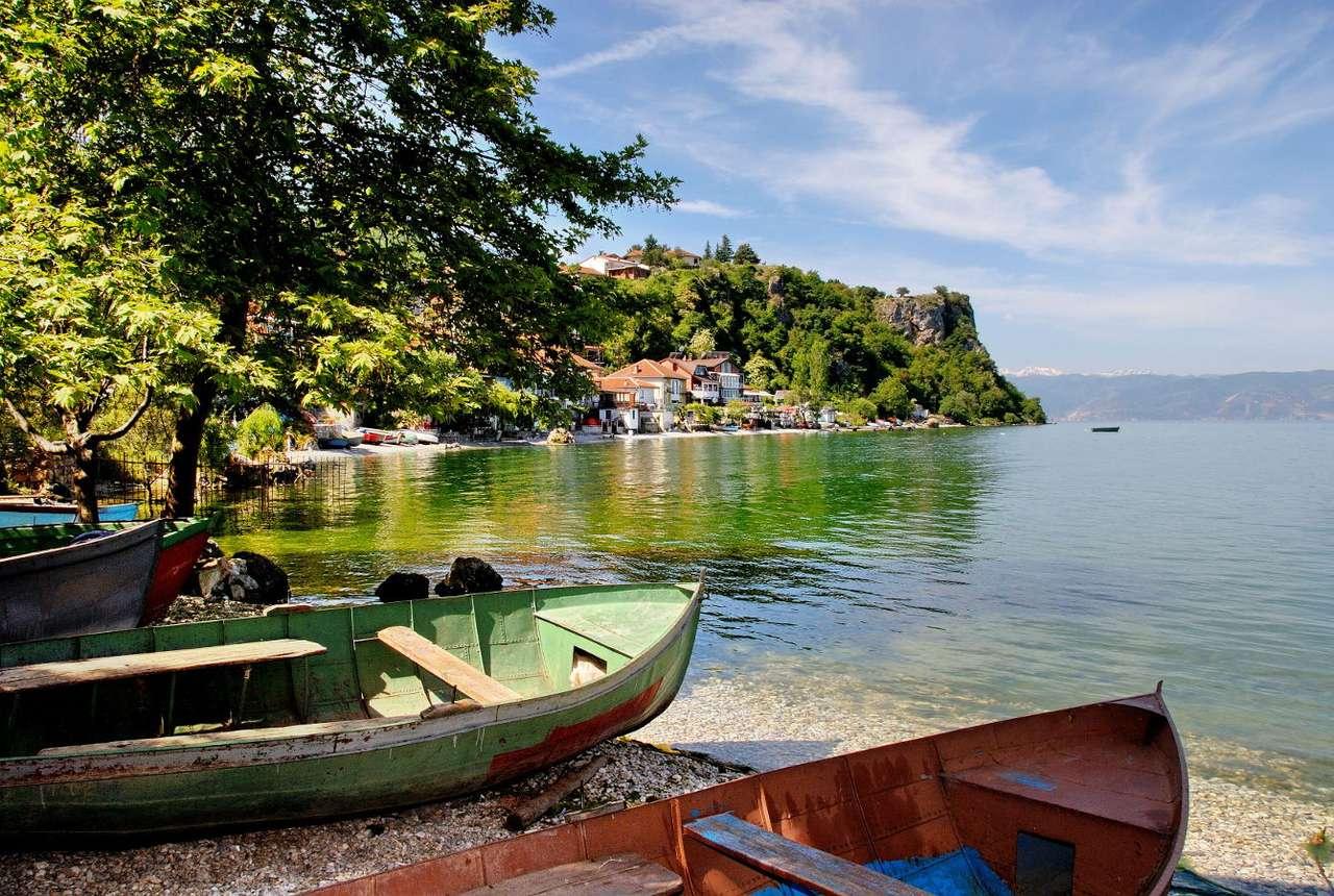 Łodzie na brzegu jeziora Ohrid w wiosce Trpejca (Macedonia)