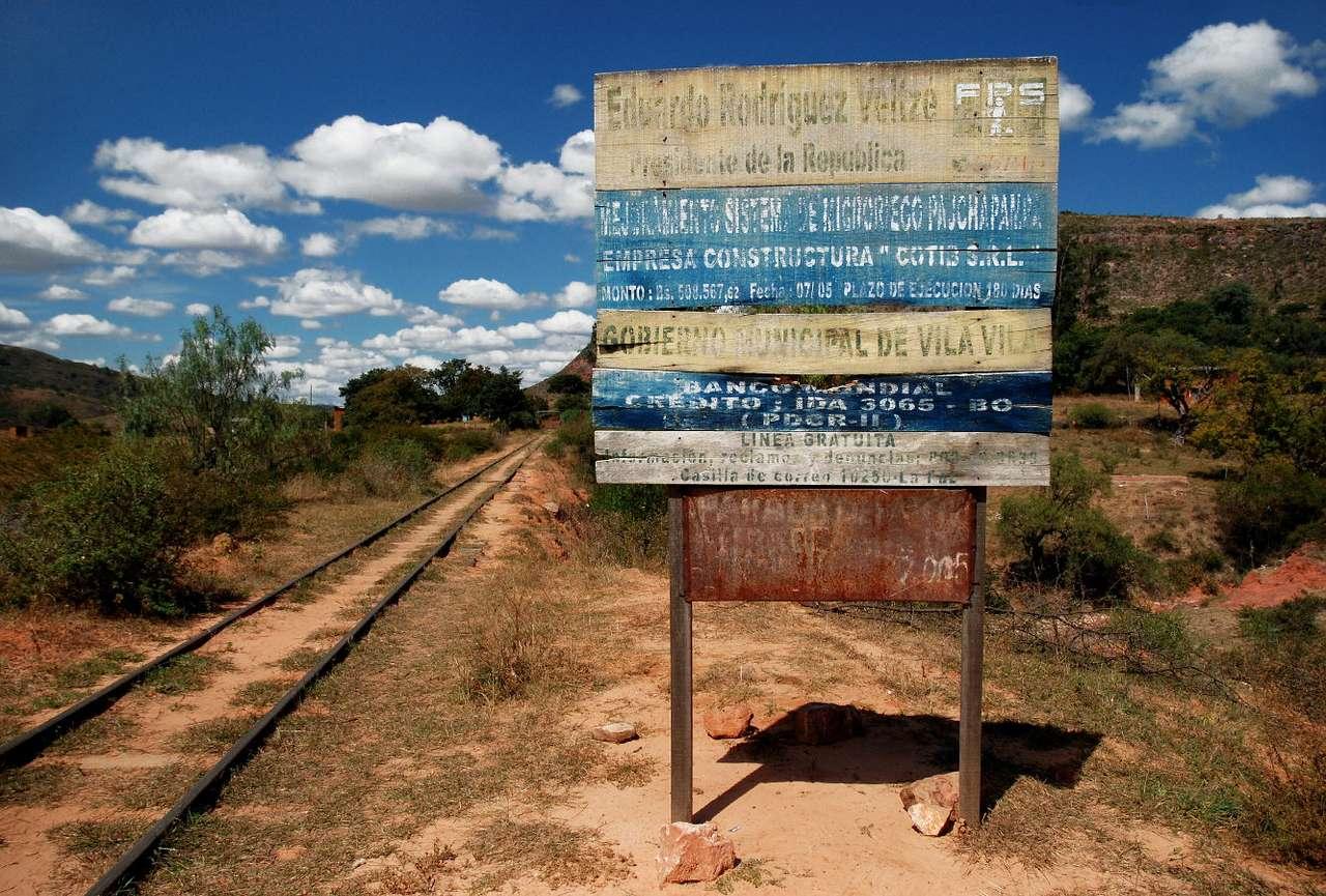 Tablica informacyjna (Boliwia) - Drewniana tablica przy trasie kolejowej z Cochabamby do Aiquile informuje o wszystkim, co niepotrzebne. Nikt jednak się tym nie przejmuje, bo ruch kolejowy na tej trasie jest minimalny. Boliwia nie s (9×6)