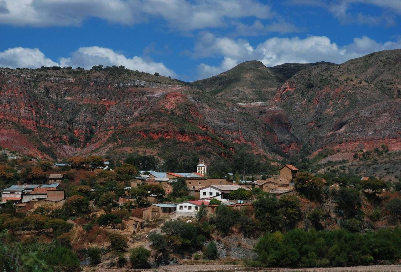 Vila-Vila (Boliwia) - Vila-Vila, to niewielkie boliwijskie miasteczko w prowincji Mizque, należącej do departamentu Cochabamba. Miejscowość wybudowana została na skałach pod niesamowitymi czerwonymi wzgórzami. Wraż (12×8)