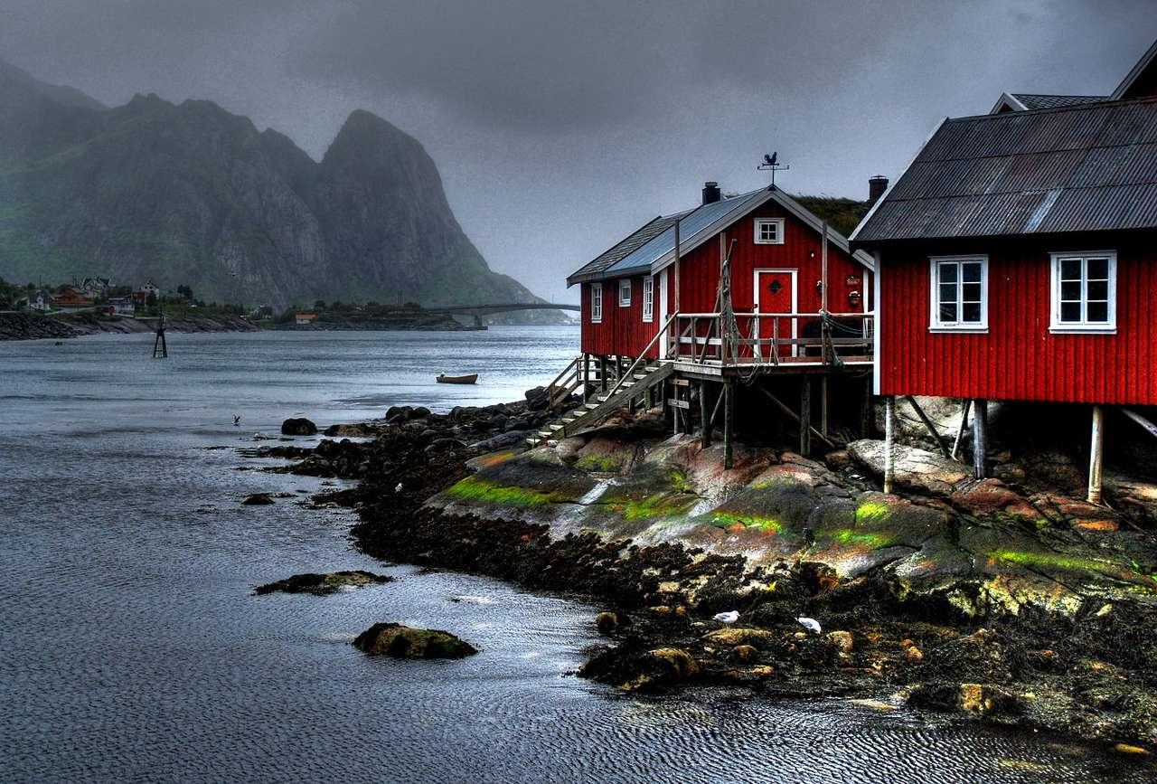 Reine (Norwegia) - Tradycyjne rybackie domki na brzegu oceanu są charakterystyczne dla liczącej przez pięciuset mieszkańców, wioski Reine. Ta osada rybacka położona jest 300 kilometrów na południowy-zachód o (8×5)