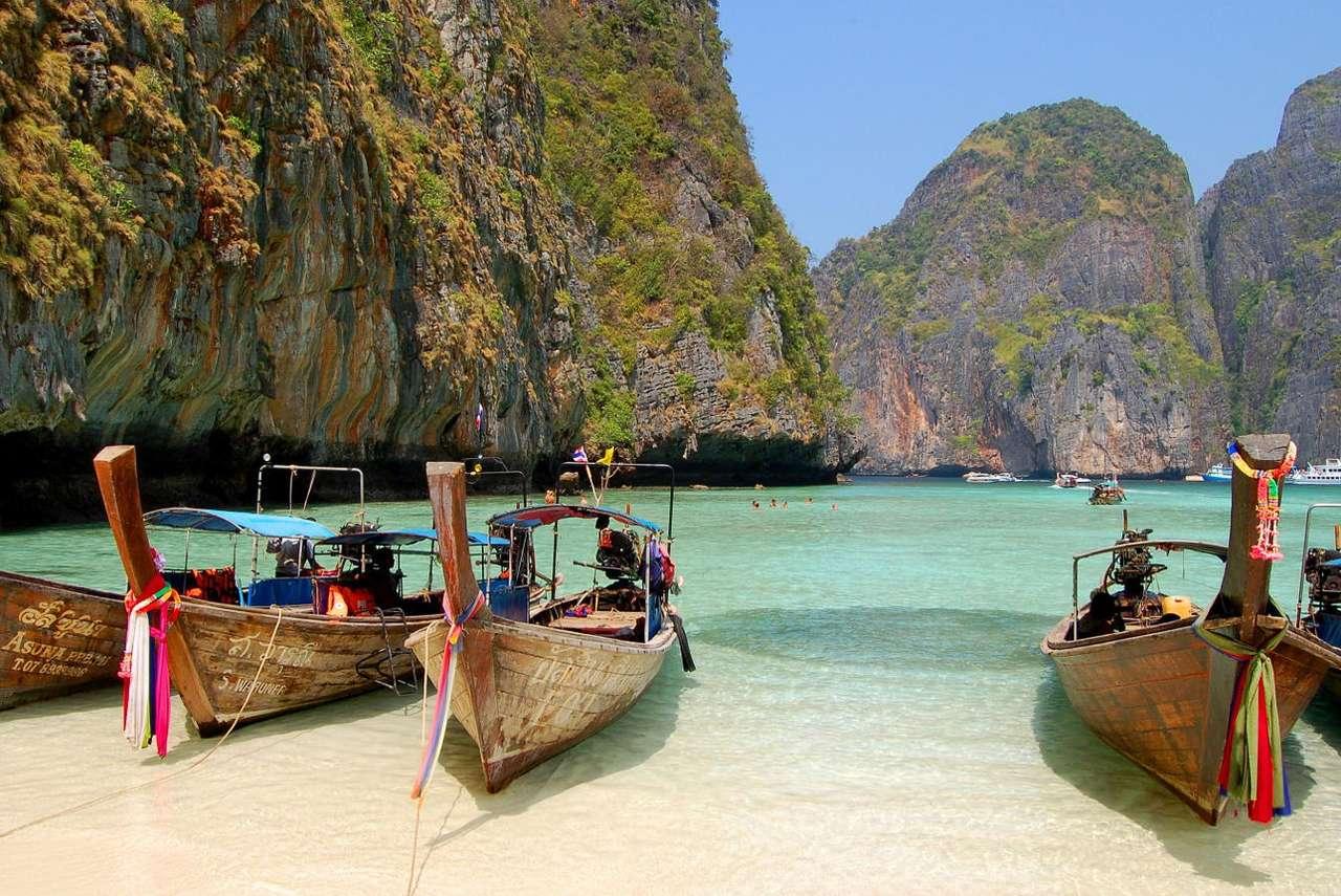 Tradycyjne tajskie łodzie w Zatoce Leonardo (Tajlandia) - Specyficzny rodzaj długich łodzi tradycyjnie używanych w Tajlandii w języku tajskim jest nazywanyruea hang yao. Współcześnie bardzo często służą one do przewożenia turystów odwiedzając (11×7)