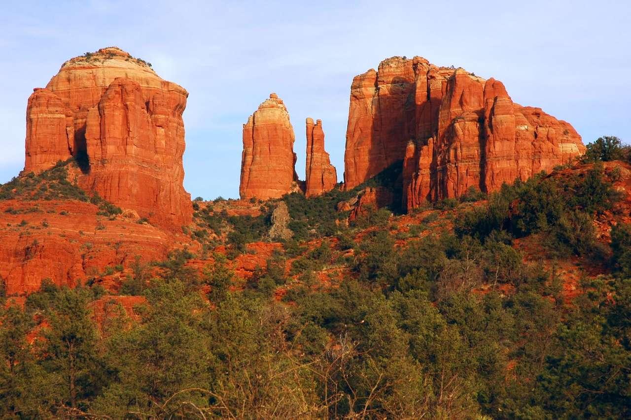 Cathedral Rock w świetle zachodzącego słońca (Stany Zjednoczone) - Miasto Sedona w Północnej Arizonie jest znane dzięki Cathedral Rock - skałach o wyjątkowej rzeźbie. Znajdują się one w rezerwacie stanowym Red Rock leżącym na terenie rezerwatu Coconino, zna (10×6)