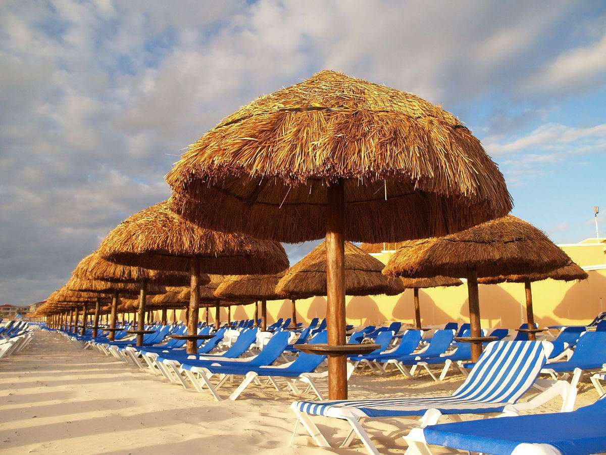 Leżaki na plaży w Cancun (Meksyk) puzzle online