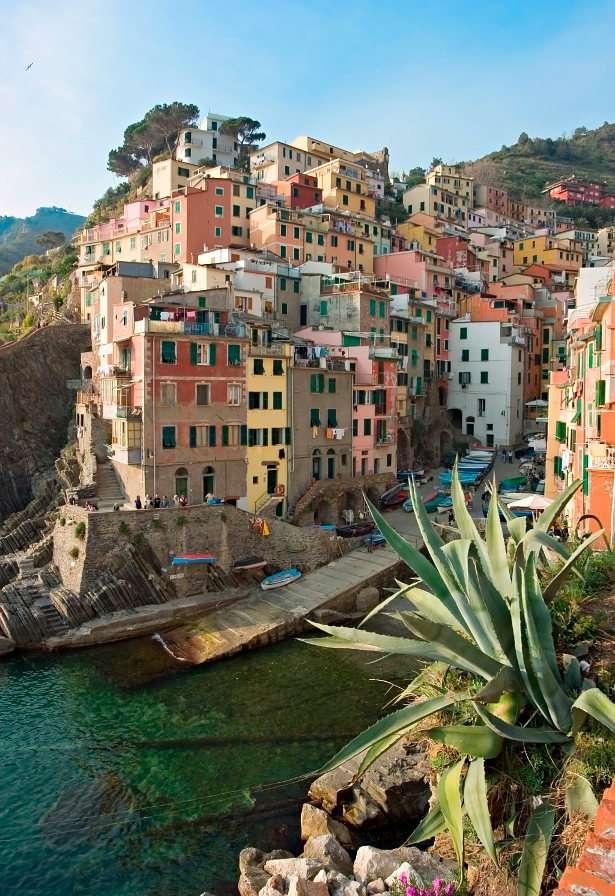 Budynki na skarpie w Riomaggiore (Włochy)