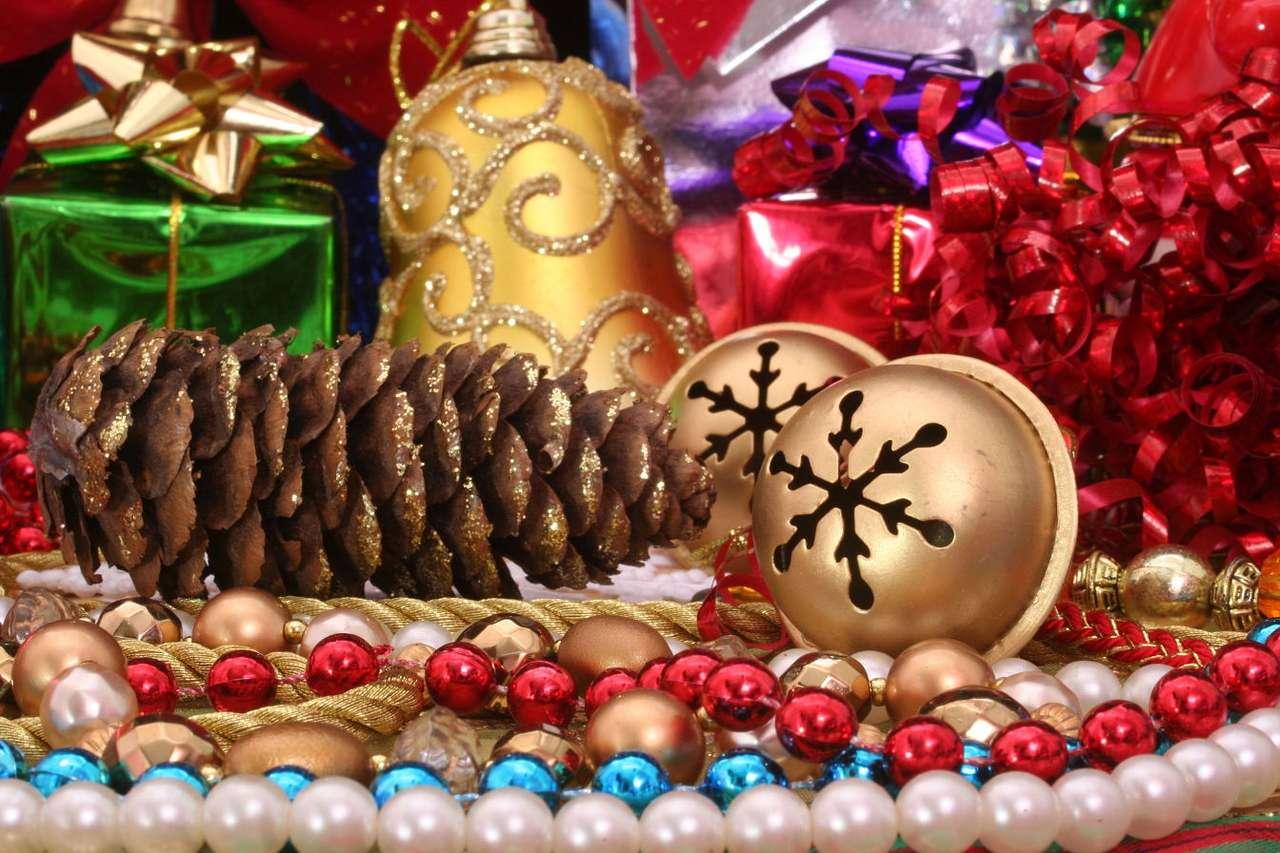 Świąteczne dekoracje - Wokół świętowania Bożego Narodzenia w Europie przez stulecia wytworzyła się charakterystyczna tradycja. Domy dekoruje się charakterystycznymi elementami – zielonymi gałązkami, najczęście (12×8)