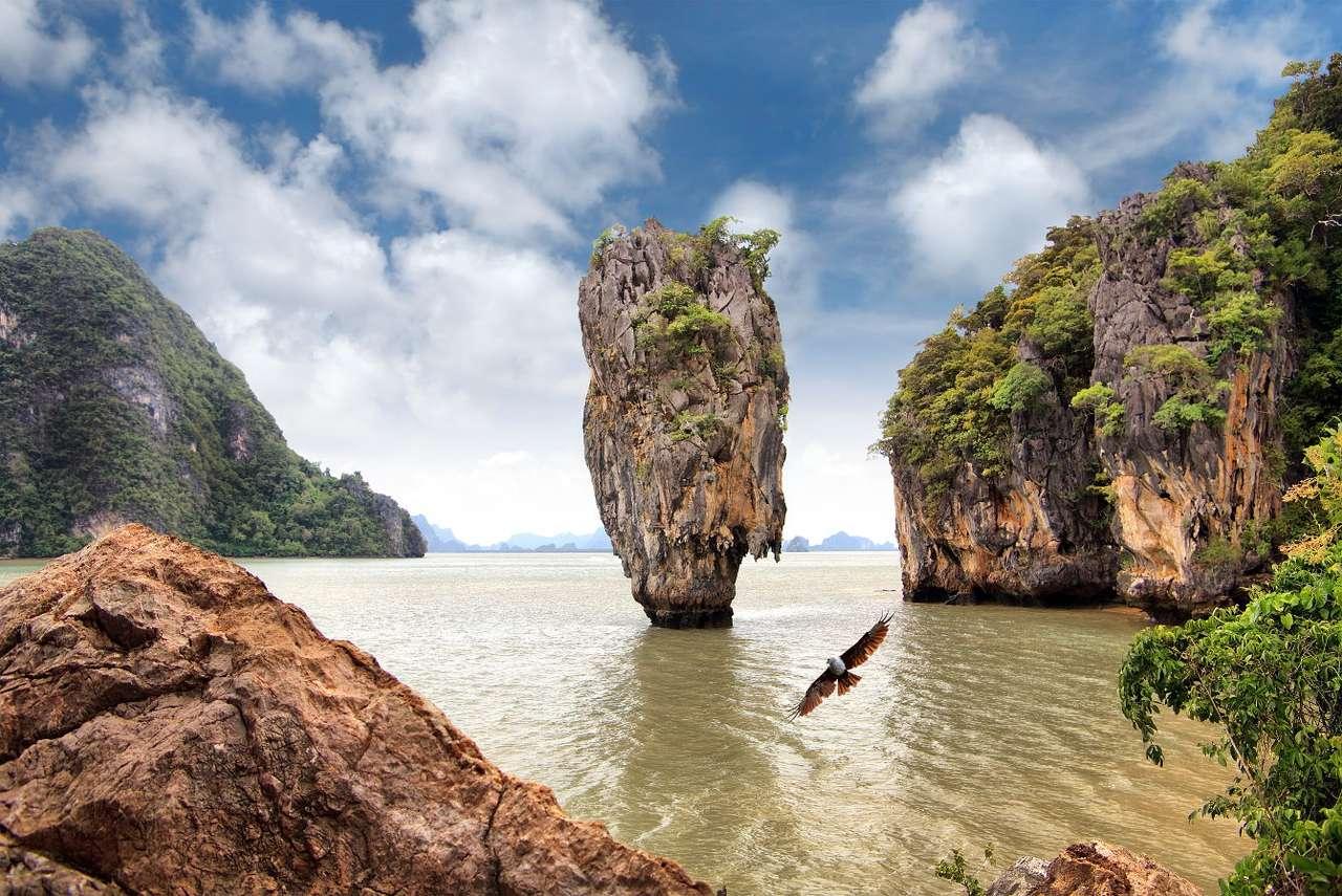 """Wyspa Jamesa Bonda (Tajlandia) - Tzw. Wyspa Jamesa Bonda w języku tajskim nazywa się Khao Phing Kan, co oznacza """"kłaniające się sobie wzgórza"""". W 1974 roku miejsce to pojawiło się w jednym z filmów o angielskim tajnym ag (9×7)"""