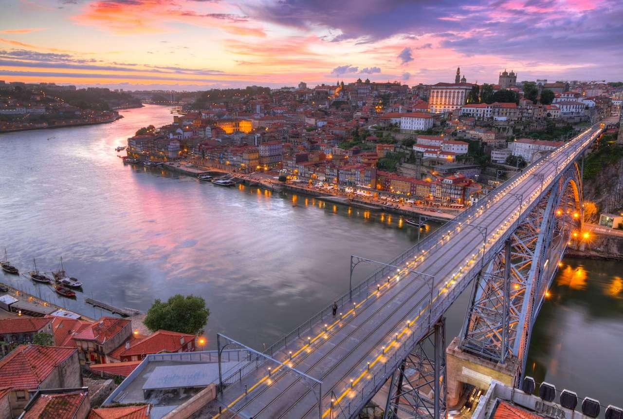 """Porto nad rzeką Duero (Portugalia) - Porto to drugie co do wielkości miasto Portugalii, leży na północy kraju, nad Oceanem Atlantyckim. Jego nazwa oznacza """"port"""" i właśnie taką funkcję miała osada znana już od V wieku, zał (13×9)"""