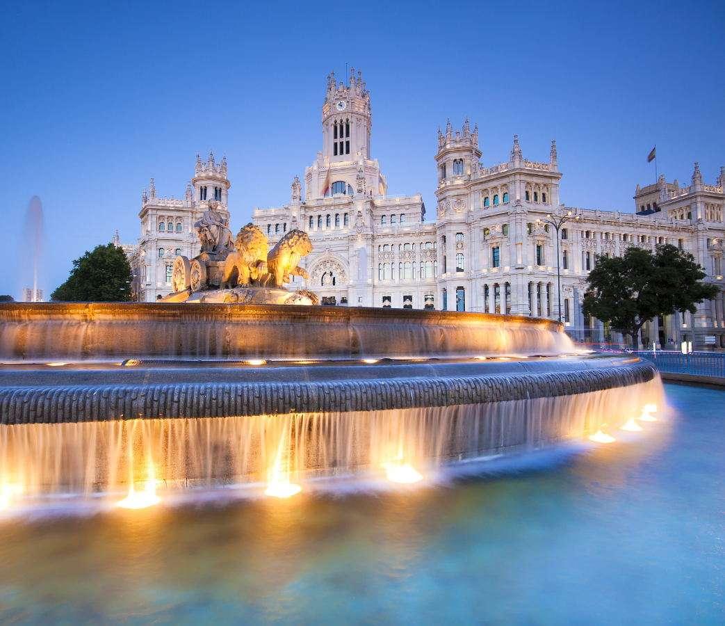 Plaza de la Cibeles w Madrycie (Hiszpania) - Plaza de la Cibeles to plac w Madrycie będący jednym z najbardziej rozpoznawalnych symboli miasta. Jego nazwa pochodzi od frygijskiej bogini Kybele, której statua zdobi fontannę będącą ozdobą (7×4)