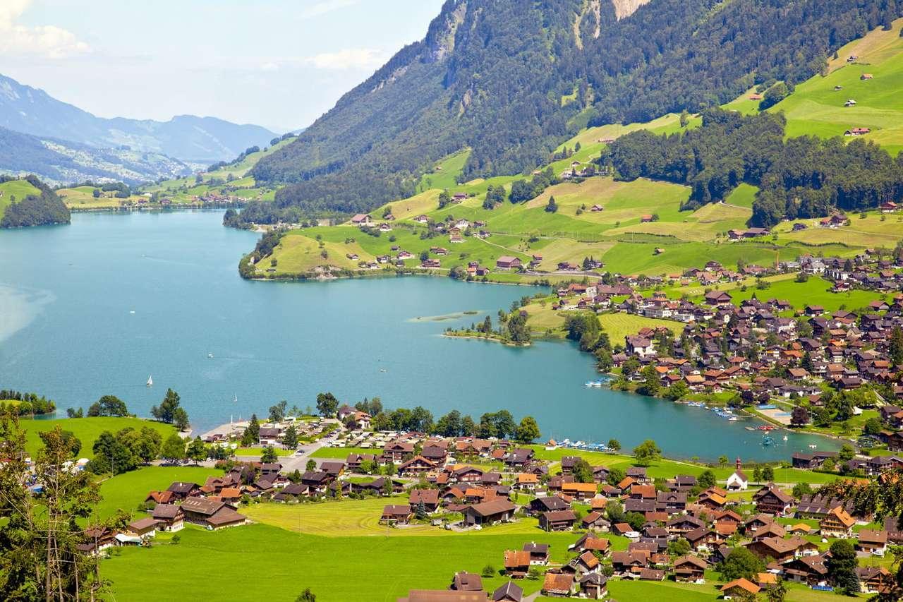 Wioska Lungern pośród Alp Szwajcarskich (Szwajcaria) - Lungern to niewielka wieś położona nad jeziorem o tej samej nazwie między wzniesieniami Alp Szwajcarskich. Pierwsze wzmianki o miejscowości pojawiają się w kościelnych dokumentach już w XIII (10×6)