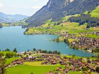 Wioska Lungern pośród Alp Szwajcarskich (Szwajcaria)