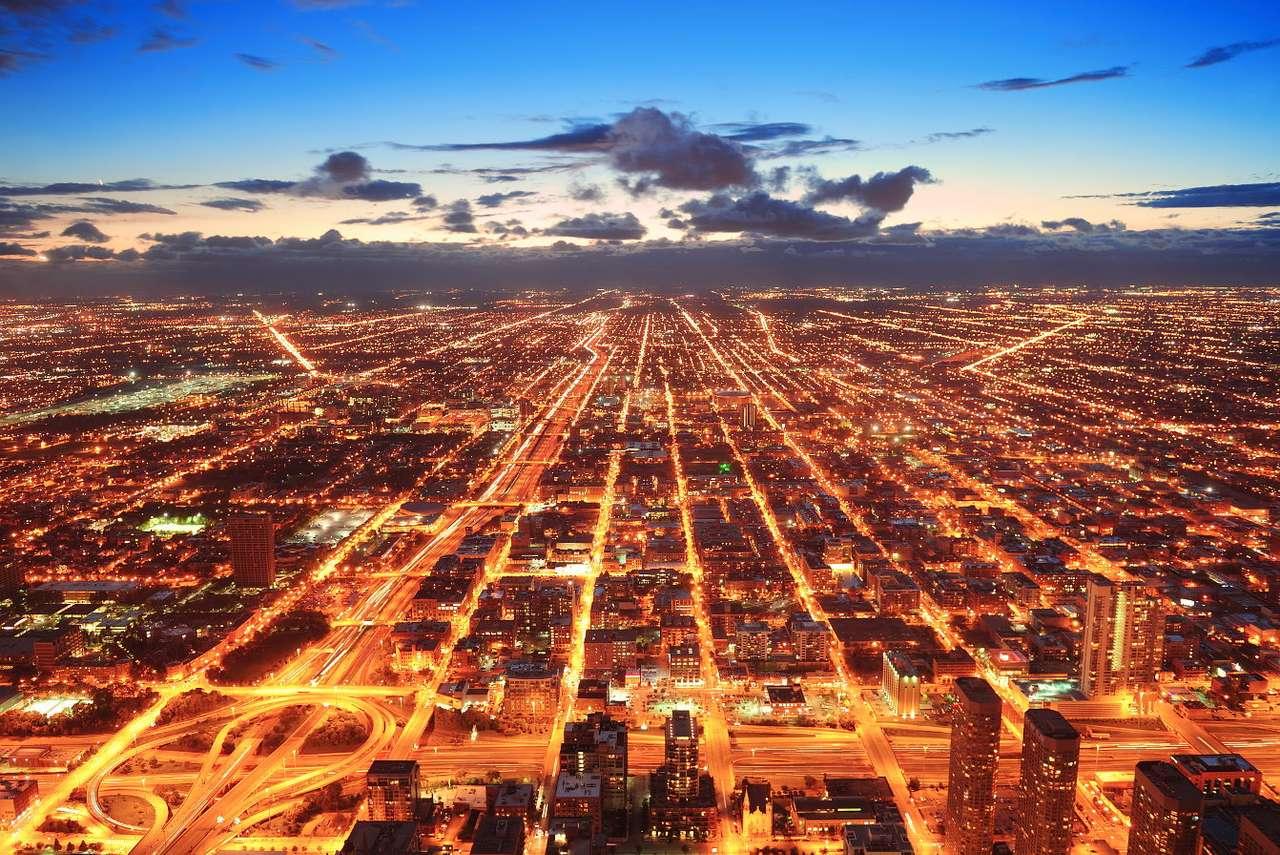 Rozświetlone Chicago o zmierzchu (USA) - Chicago to trzecie pod względem wielkości miasto w USA. Cała aglomaracja liczy niemal 10 milionów mieszkańców, ścisłe centrum zamieszkuje ponad 2,5 miliona. Tak ogromny ośrodek miejski wymaga (11×7)