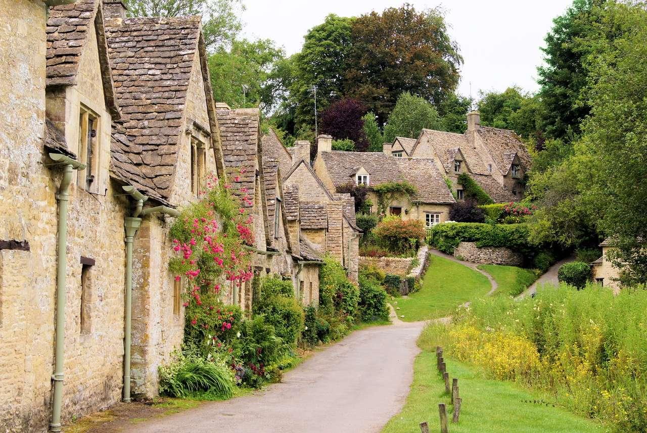 Zabytkowe budynki we wsi Bibury (Wielka Brytania) - Pierwsze wzmianki o wsi Bibury w Anglii pochodzą z XI wieku. Charakterystyczny krajobraz miejscowości tworzy XVII-wieczna architektura. Ich podstawowym budulcem był kamień o charakterystycznym mio (14×10)