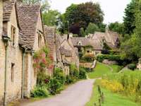 Zabytkowe budynki we wsi Bibury (Wielka Brytania)