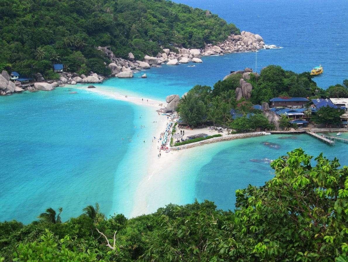 """Plaża Koh Tao (Tajlandia) - Tajska wyspa Koh Tao to istotny punkt na turystycznej mapie Azji. Słynie głównie z rozwiniętej bazy dla płetwonurków. W języku tajskim jej nazwa oznacza """"żółwią wyspę"""" – nazwa pochod (10×8)"""