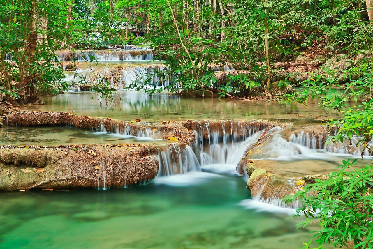 Wodospad w Kanchanaburi (Tajlandia) - Kanchanaburi to nazwa tajskiej prowincji położonej przy zachodniej granicy kraju. Jedną z największych naturalnych atrakcji turystycznych regionu są znane na całym świecie wodospady Erawan. Zac (11×8)