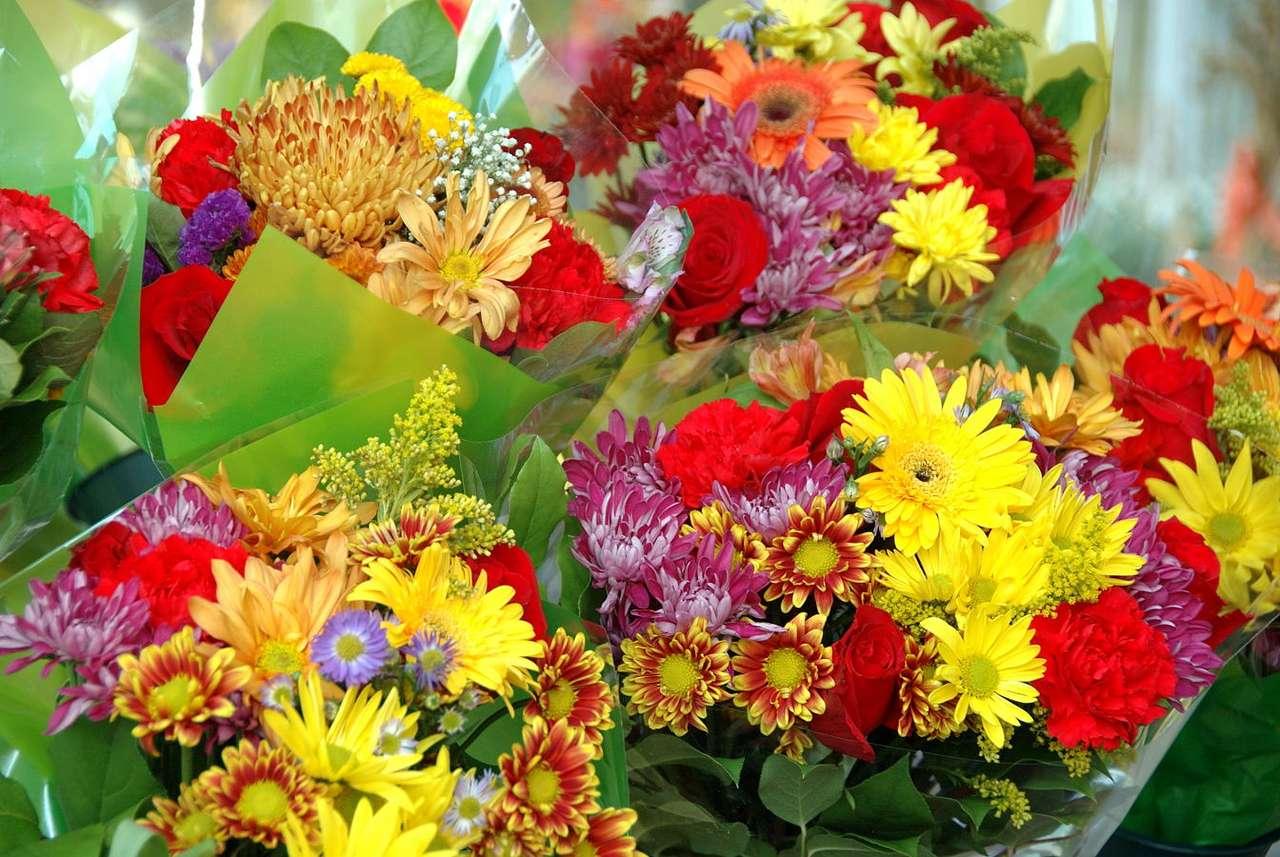 """Bukiety kwiatów - Florystyką nazywa się dzisiaj sztukę układania kwiatów w bukiety i różne kompozycje, jednak pierwotne znaczenie terminu """"florystyka"""" odnosi się do działu botaniki, nauki o roślinach. Dzi (14×9)"""